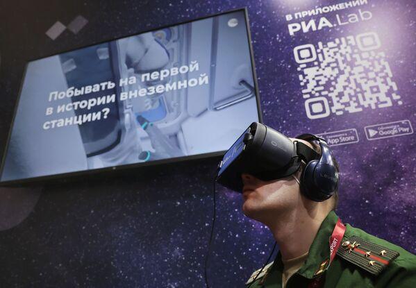 Voják s nasazenými brýlemi virtuální reality. - Sputnik Česká republika