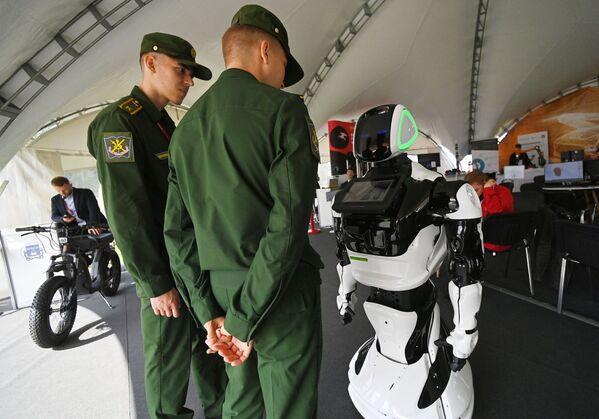 Robot-poradce prezentovaný na fóru Army 2021. - Sputnik Česká republika