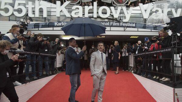 Американский актер Итан Хоук приветствует поклонников на красной дорожке 55-го Международного кинофестиваля в Карловых Варах - Sputnik Česká republika