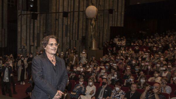 Американский актер и продюсер Джонни Депп выступает на сцене во время 55-го Международного кинофестиваля в Карловых Варах - Sputnik Česká republika