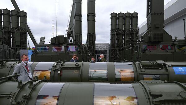 Управляемая ракета зенитно-ракетной системы Антей-4000 на выставке вооружений - Sputnik Česká republika
