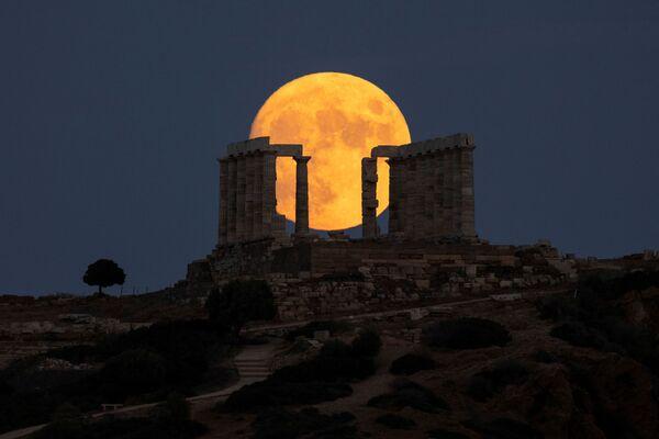 Úplněk nad chrámem Poseidona na mysu Sunion poblíž Athén. - Sputnik Česká republika