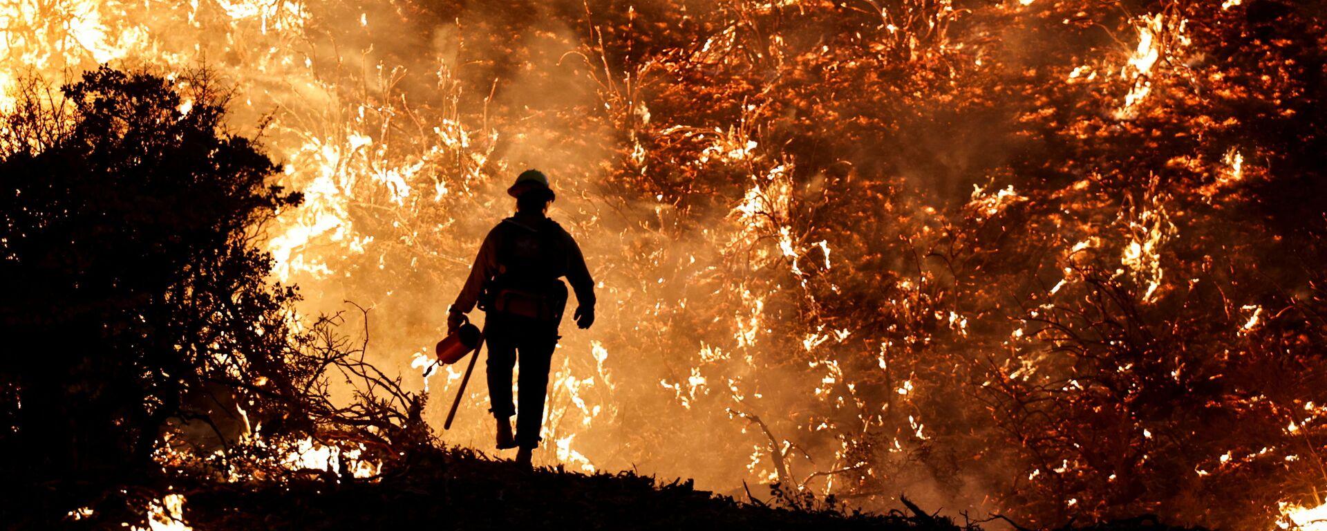 Пожарный во время пожара в Калифорнии, США - Sputnik Česká republika, 1920, 29.08.2021