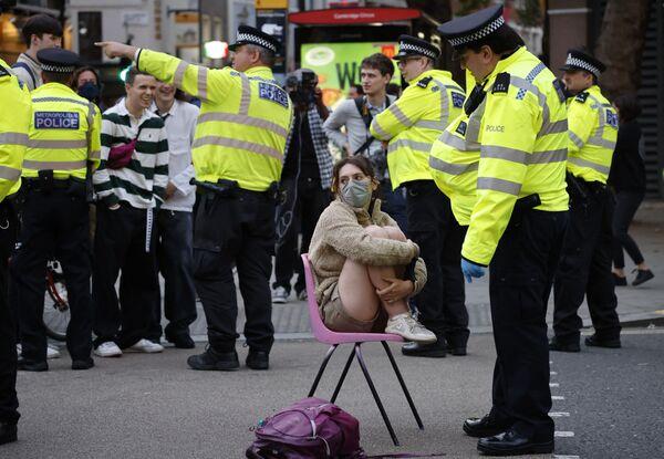 Policista mluví s aktivistkou hnutí Rebelie proti vyhynutí. Londýn, Anglie. - Sputnik Česká republika