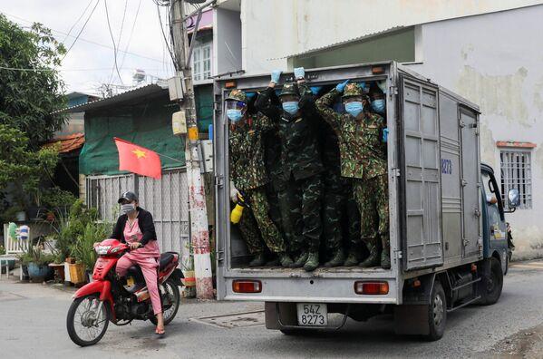 Vietnamští vojáci doručují potraviny do oblasti, kde platí lockdown. - Sputnik Česká republika