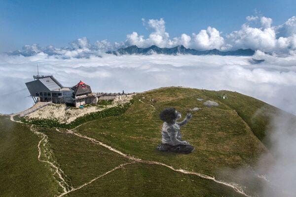 Obří malba francouzského umělce Guillaumeho Legrose na vrcholu hory Moléson ve švýcarských Alpách - Sputnik Česká republika