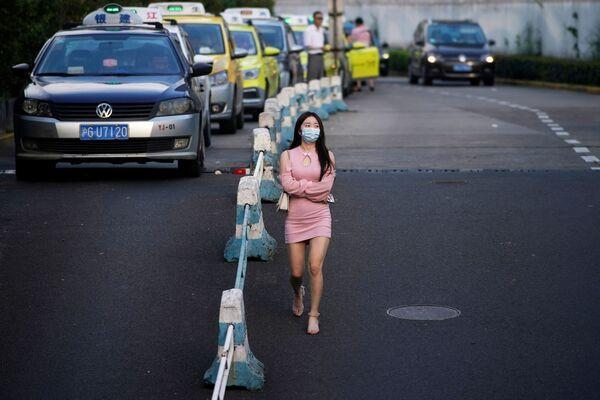 Dívka s nasazenou rouškou. Šanghaj, Čína. - Sputnik Česká republika
