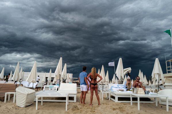 Pláž poblíž Saint-Tropez ve Francii. - Sputnik Česká republika