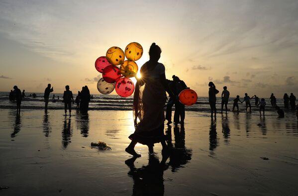 Žena prodává balony na pláži v Indii. - Sputnik Česká republika