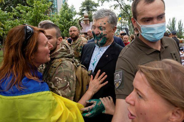 Exprezident Ukrajiny Petro Porošenko mluví se svými příznivci poté, co byl polit zelenou tekutinou při útoku neznámých pachatelů. - Sputnik Česká republika