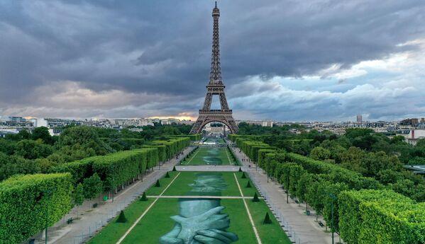 """Instalace """"Beyong Walls"""",  před Eiffelovou věží - Sputnik Česká republika"""