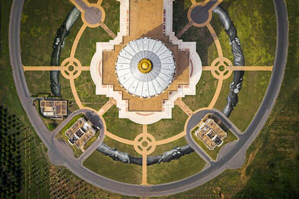 Landartový obraz před bazilikou Notre-Dame de la Paix v Yamoussourko, Pobřeží slonoviny - Sputnik Česká republika