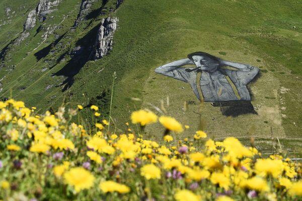 Лендарт художника Saype на горнолыжном склоне Шо-де-Мон над альпийским курортом Лезен - Sputnik Česká republika