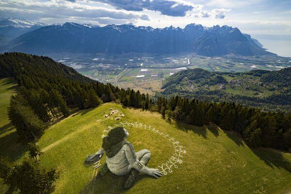 Лендарт художника Saype на альпийском курорте Лезен - Sputnik Česká republika