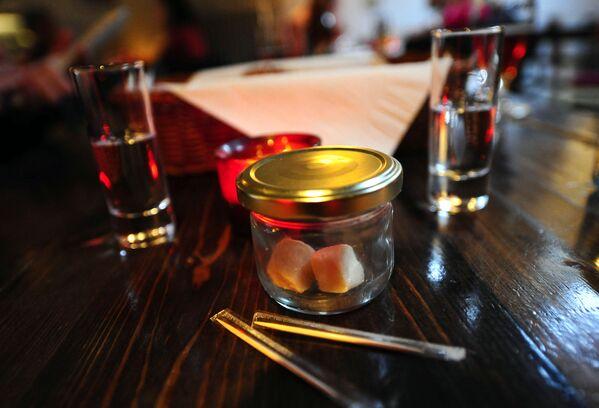 Haukarl je tradiční islandský pokrm vyrobený z částečně rozloženého grónského polárního žraloka. Má štiplavý zápach amoniaku. Chuť je prý ještě horší. - Sputnik Česká republika