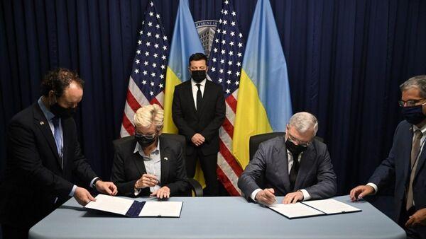 Владимир Зеленский во время подписания документов в ходе его визита в США - Sputnik Česká republika