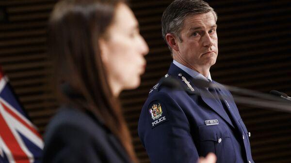 Комиссар полиции Новой Зеландии Эндрю Костер и премьер-министр Джасинда Ардерн на пресс-конференции после нападения в супермаркете  - Sputnik Česká republika