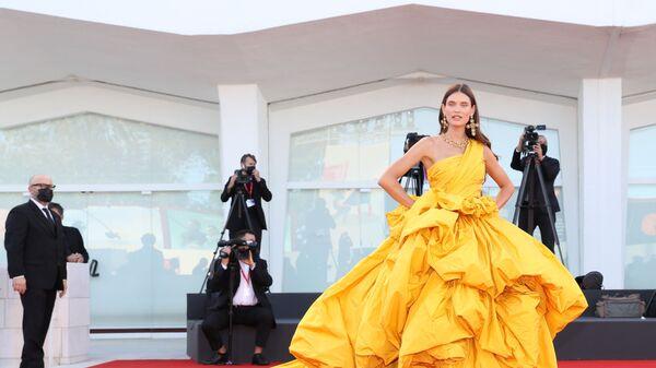 Итальянская модель Бьянка Балти на церемонии открытия 78-го Венецианского международного кинофестиваля - Sputnik Česká republika