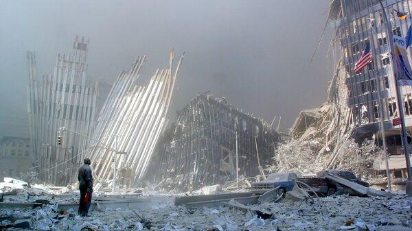 Человек на руинах после крушения первой башни Всемирного торгового центра 11 сентября 2001 года в Нью-Йорке. - Sputnik Česká republika