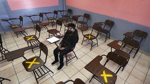 Ученик во время индивидуального занятия в школе в Истакалько, Мексика - Sputnik Česká republika