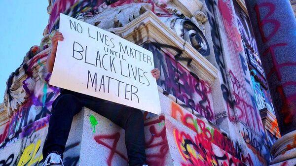 Участник протестов под лозунгом Black lives matter в США. Архивное фото - Sputnik Česká republika