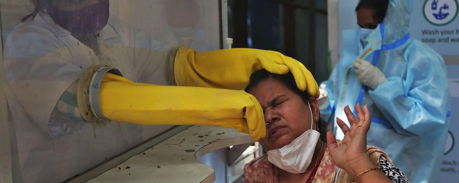 Zdravotník provádí test v Indii - Sputnik Česká republika, 1920, 05.09.2021
