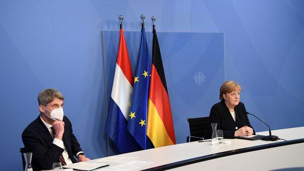 Канцлер Ангела Меркель и советник по внешней политике Ян Хеккер в Берлине, Германия - Sputnik Česká republika