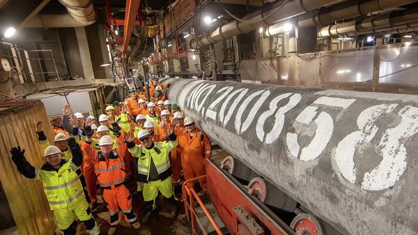 Специалисты трубоукладочной баржи «Фортуна» после сварки последней трубы второй нитки газопровода «Северный поток ‑ 2»  - Sputnik Česká republika
