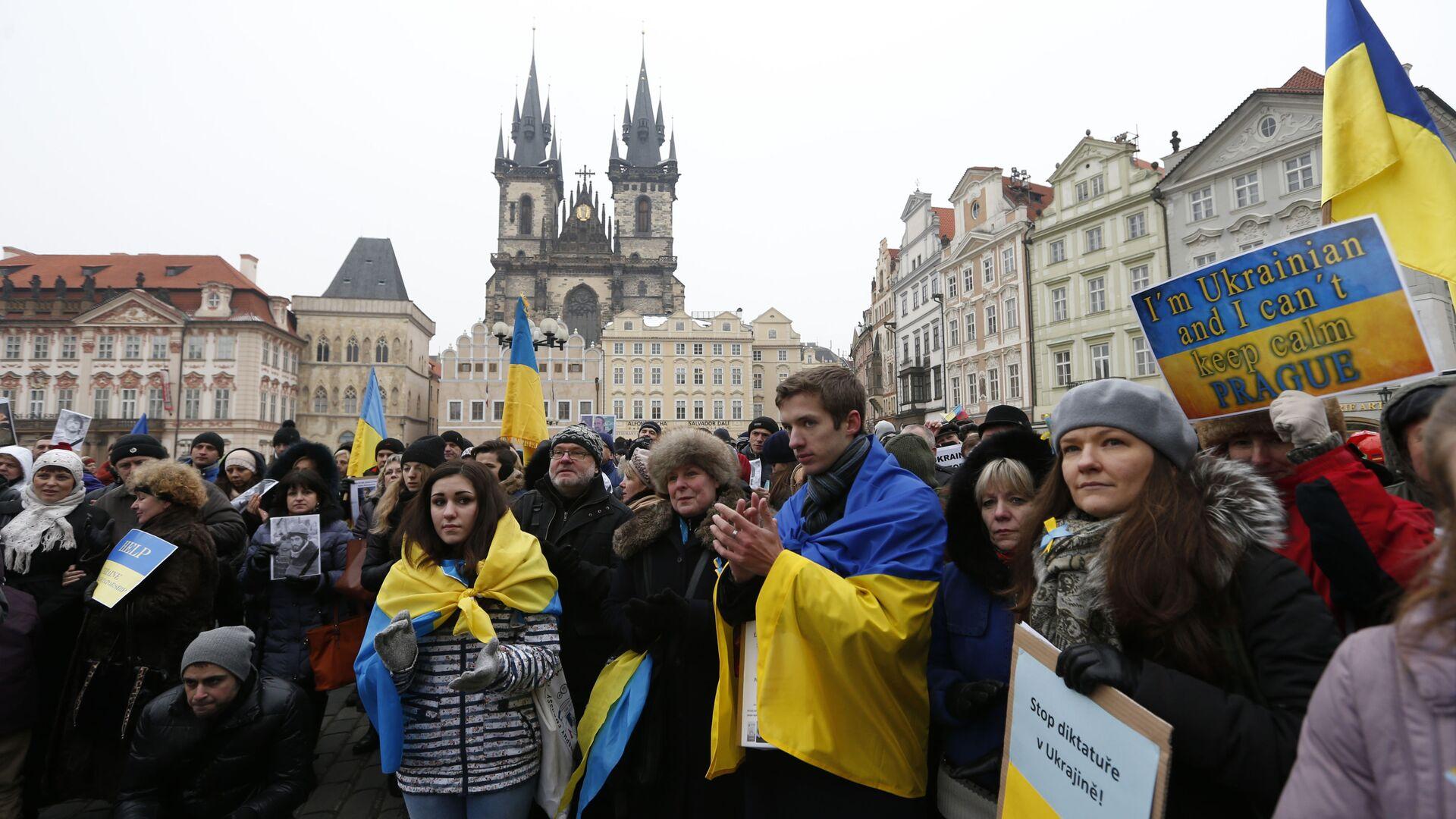 Protestujicí s ukrajinskou vlajkou v Praze. Ilustrační foto - Sputnik Česká republika, 1920, 08.09.2021