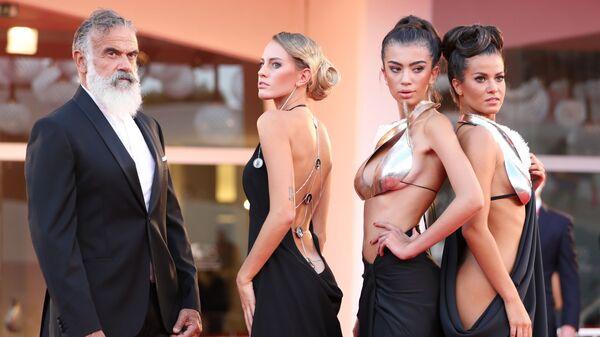 Гости на красной дорожке на 78-м Венецианском международном кинофестивале - Sputnik Česká republika