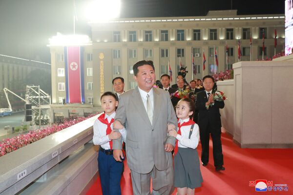 Kim Čong-un během přehlídky na počest 73. výročí sestavení Lidové vlády a vyhlášení KLDR - Sputnik Česká republika