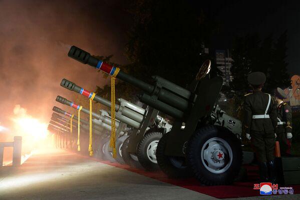 Dělostřelectvo na vojenské přehlídce u příležitosti 73. výročí založení KLDR - Sputnik Česká republika