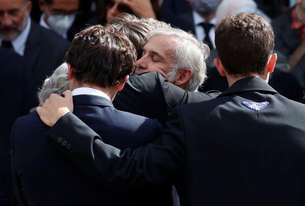 Paul Belmondo a jeho příbuzní po smutečním obřadu Jeana-Paula Belmonda v Paříži - Sputnik Česká republika
