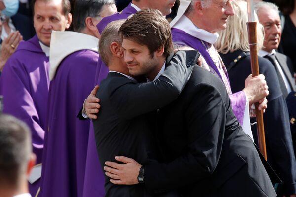 Paul Belmondo objímá svého syna Alessandra - Sputnik Česká republika