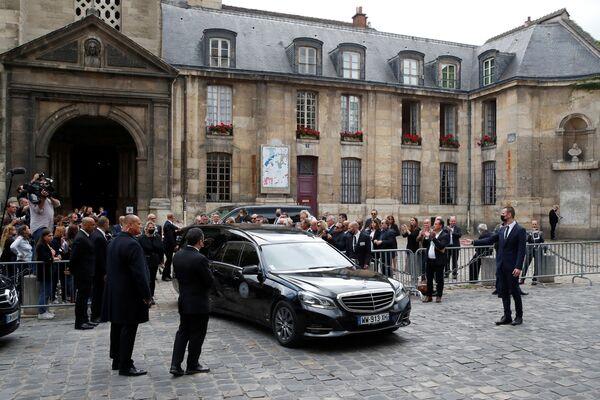 Pohřební vůz s rakví zesnulého francouzského herce Jeana-Paula Belmonda v Paříži - Sputnik Česká republika