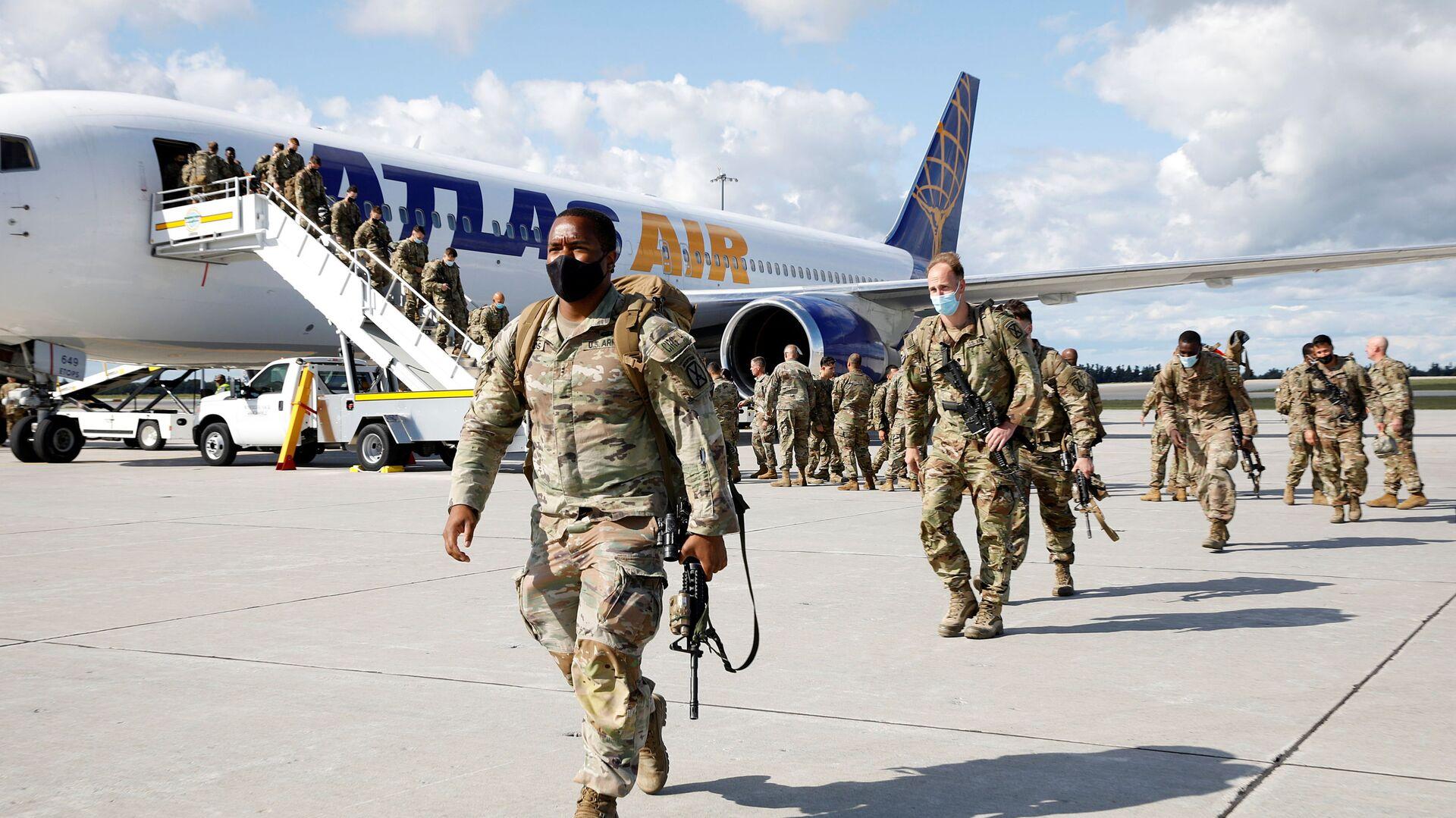Vojáci opouštějí letadlo po návratu z Afghánistánu do USA. Illustrační foto - Sputnik Česká republika, 1920, 11.09.2021