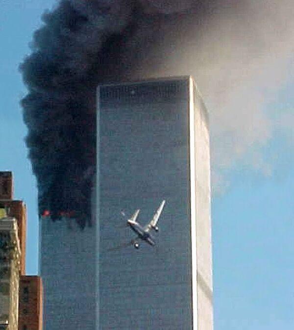 Letadlo se blíží k jedné z věží Světového obchodního centra v New Yorku, 11. září 2001 - Sputnik Česká republika