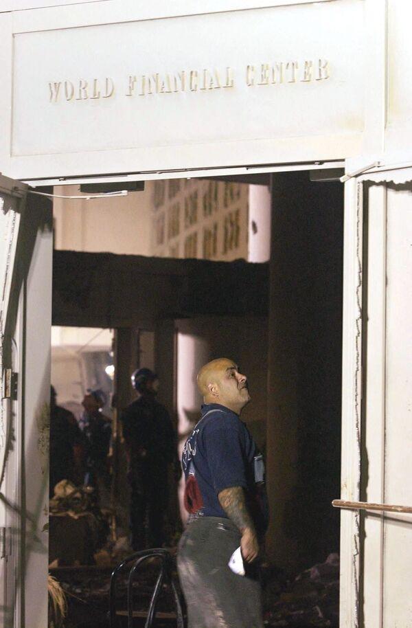 Hasič prochází zničenou halou Světového finančního centra poblíž Světového obchodního centra, 12. září 2001   - Sputnik Česká republika
