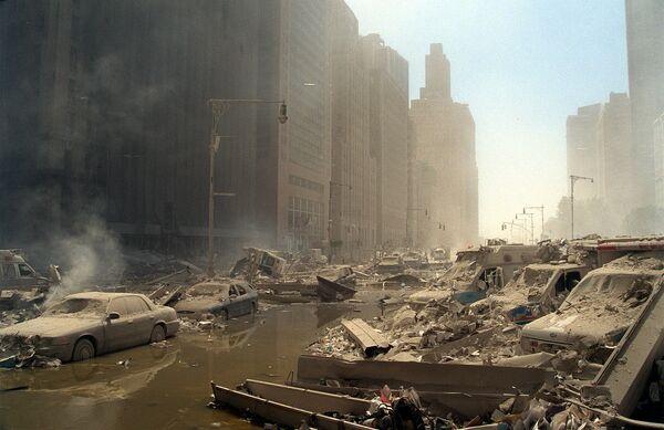 Sutiny a popel zaplňují dolní manhattanské ulice poté, co v úterý 11. září 2001 naletěla dvě unesená letadla do dvojčat Světového obchodního centra v New Yorku - Sputnik Česká republika