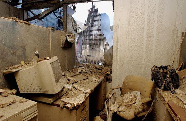 Zničená kancelář a výhled na zřícenou věž Světového obchodního centra po teroristickém útoku v New Yorku - Sputnik Česká republika