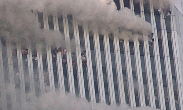 Lidé visí z rozbitých oken Severní věže Světového obchodního centra po teroristickém útoku v New Yorku ráno 11. září 2001 - Sputnik Česká republika