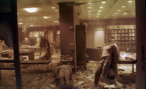 Tato fotografie pořízená 11. září 2001 ukazuje figuríny na podlaze obchodu Brooks Brothers v New Yorku poblíž World Trade Center poté, co se zřítila dvojčata. Z obchodu se stala provizorní márnice - Sputnik Česká republika