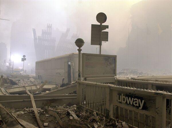 Zničený vstup do metra a autobus u Světového obchodního centra po teroristickém útoku v New Yorku - Sputnik Česká republika