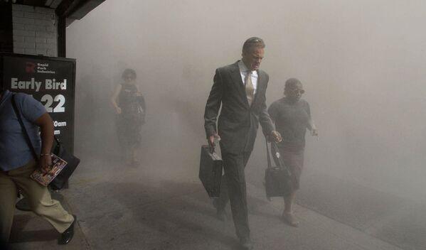 Chodci na ulici Beekman St. uprchli z prostoru zříceného Světového obchodního centra na dolním Manhattanu po teroristickém útoku na dominantu New Yorku v úterý 11. září 2001 - Sputnik Česká republika