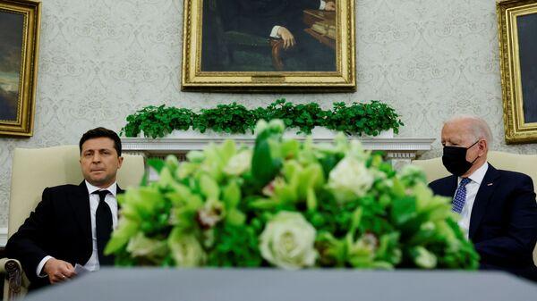 Americký prezident Joe Biden a ukrajinský prezident Volodymyr Zelenskyj v kanceláři Bílého domu ve Washingtonu - Sputnik Česká republika