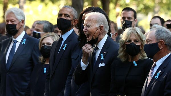 Президент США Джо Байден в окружении бывших лидеров США на траурной церемонии памяти жертв терактов 11 сентября 2001-го в Нью-Йорке - Sputnik Česká republika