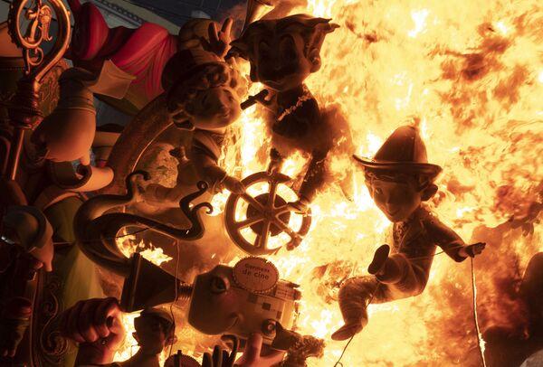 Hořící kartonové figurky jedné z instalací zapalené v rámci festivalu Fallas ve Valencii. - Sputnik Česká republika