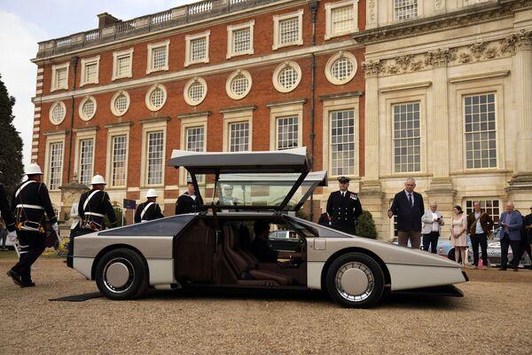 Prezentace jedinečného koncepčního vozu Aston Martin Bulldog z roku 1979, který po dobu 35 let stál nečinně v britském paláci Hampton Court. - Sputnik Česká republika