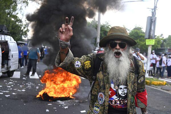 Muž protestuje proti zevedení bitcoinu jako oficiální měny v Salvadoru. Středoamerická země se stala prvním státem na světě, který přijal bitcoin jako oficiální platidlo.  - Sputnik Česká republika