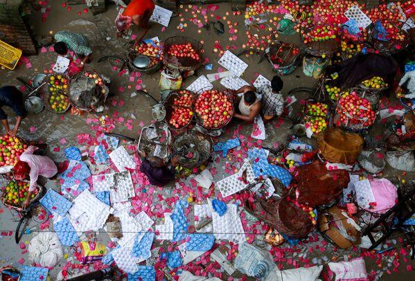 Prodejci zachraňují ovoce, které zaplavily povodně v Káthmándú, Nepál. - Sputnik Česká republika